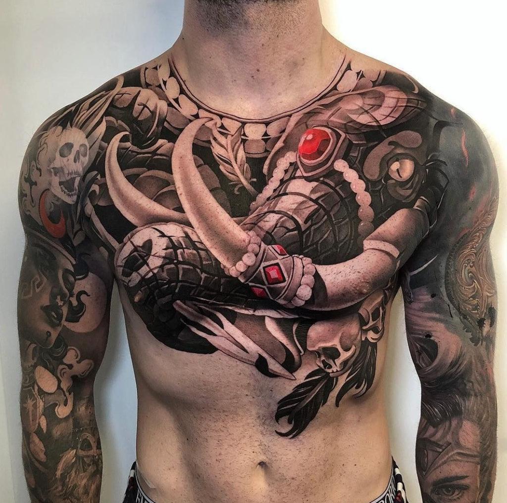 Мужское тату на грудине в индийском стиле слон