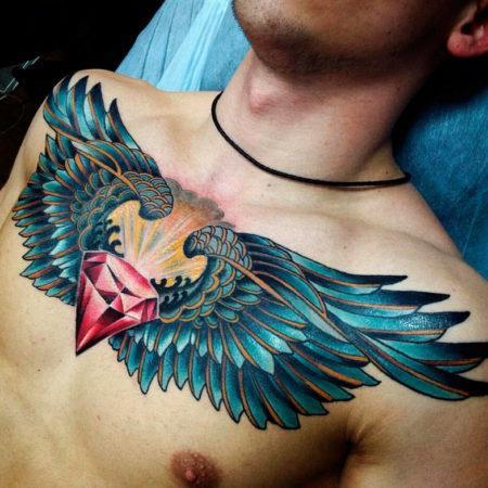 Мужское тату на грудине в стиле олд скул крылья