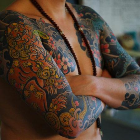 Мужское тату в стиле хохлома рукав