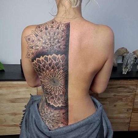 Женское тату на спине в стиле орнамент