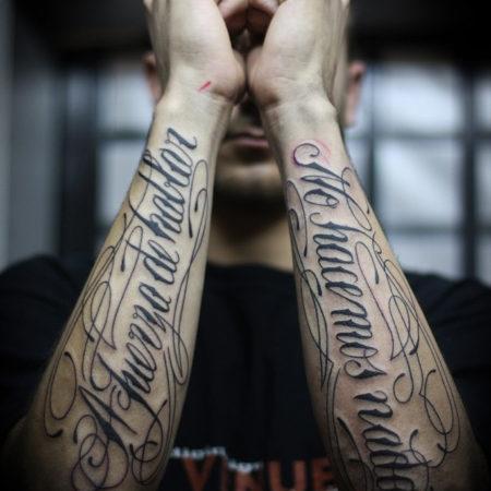 Мужское тату на предплечье надписи