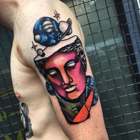 Мужское тату в стиле сюрреализм на плече
