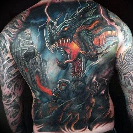 Мужское тату в стиле фентези дракон на спине