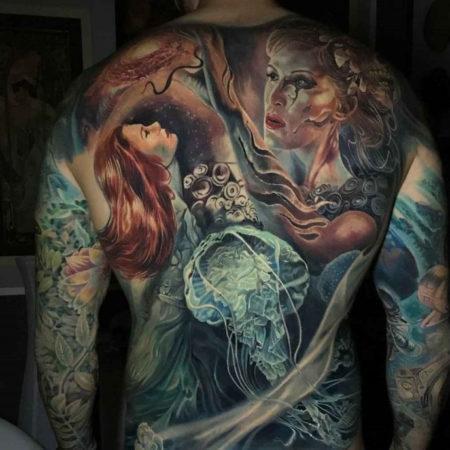 Мужское тату в стиле фентези девушки медуза на спине
