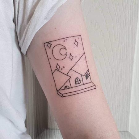 Женское тату в стиле хендпоук на плече