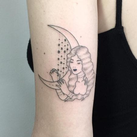Женское тату в стиле хендпоук на плече девочка и месяц