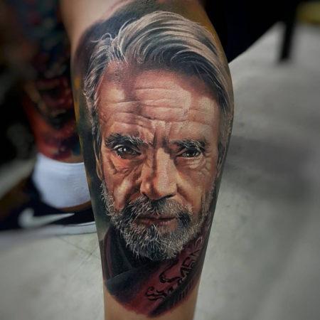 Мужское тату в стиле реализм на икре мужчина