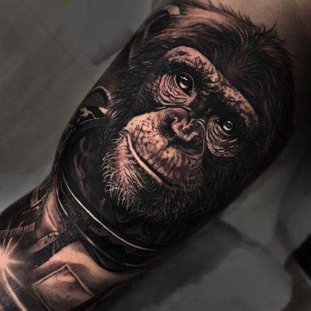 Мужское тату в стиле реализм обезьяна на ноге