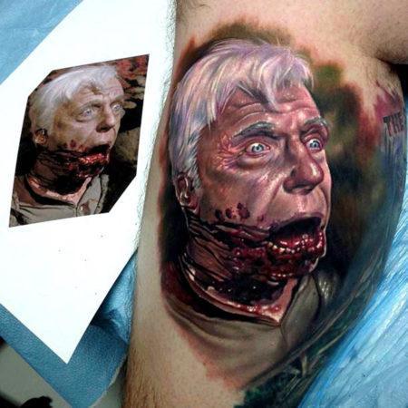 Мужское тату в стиле реализм портрет на бицепсе