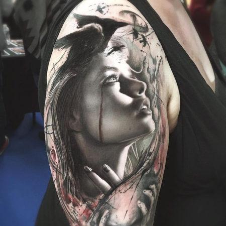 Женское тату в стиле реализм девушка на плече