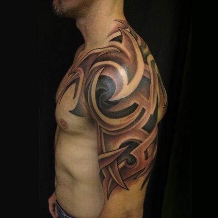 Мужское тату в стиле трайбл на плече