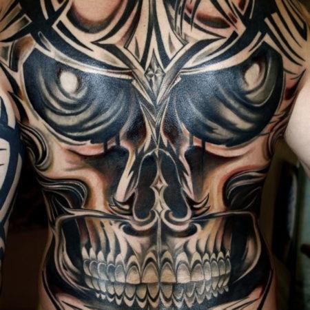 Мужское тату в стиле трайбл на спине