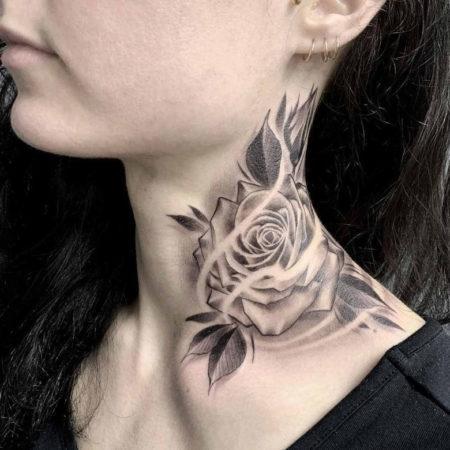 Женское тату на шее в стиле чикано цветы