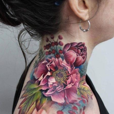 Женское тату на шее в стиле цветы