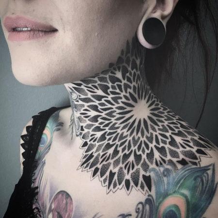 Женское тату на шее в стиле орнамент