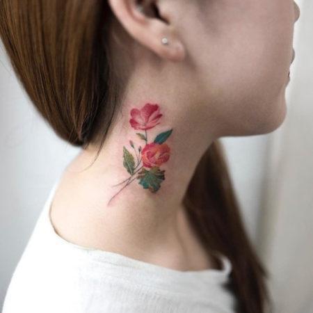 Женское тату на шее в стиле минимализм розы