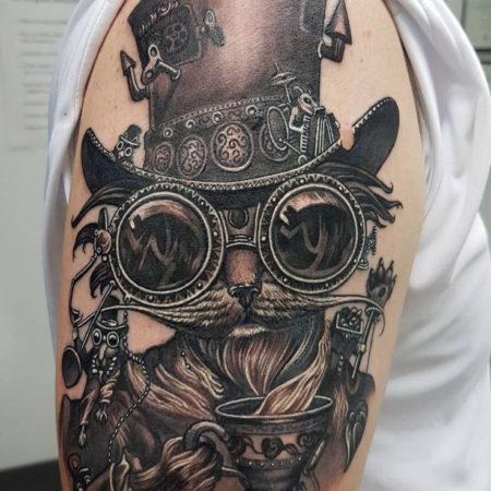 Мужское тату в стиле стимпанк на плече кот