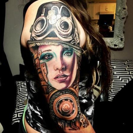 Женское тату в стиле стимпанк девушка на плече