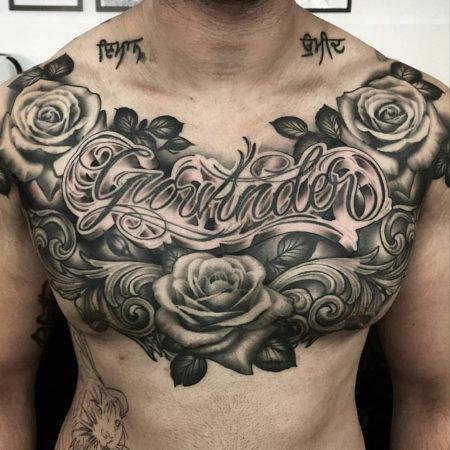 Мужское тату в стиле чикано на грудине