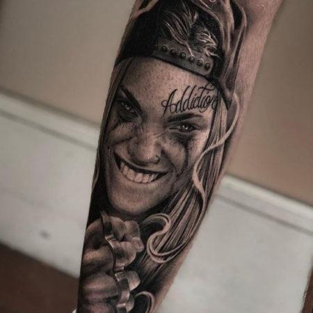 Мужское тату в стиле чикано на ноге девушка