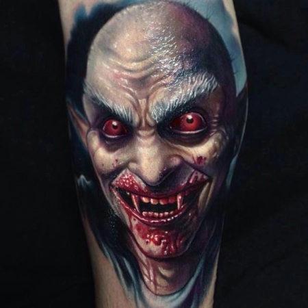 Мужское тату в стиле хоррор на ноге граф дракула вампир