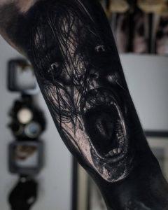 Мужское тату в стиле хоррор на ноге крик