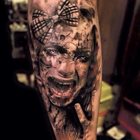 Мужское тату в стиле хоррор на ноге девочка