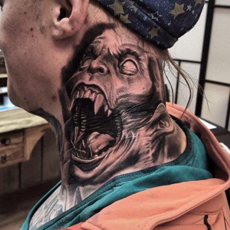 Мужское тату в стиле хоррор на шее монстр