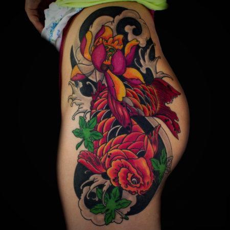 Женское тату в японском стиле на бедре