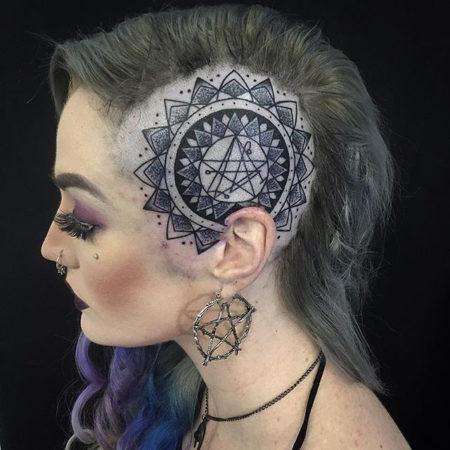 Женское тату на голове пентаграмма