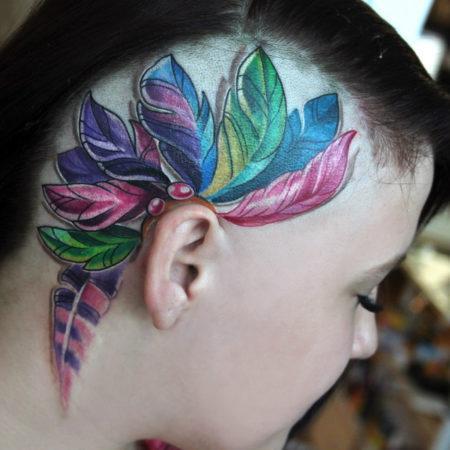 Женское тату на голове перья в стиле 3D