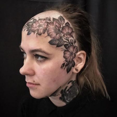 Женское тату на голове цветы