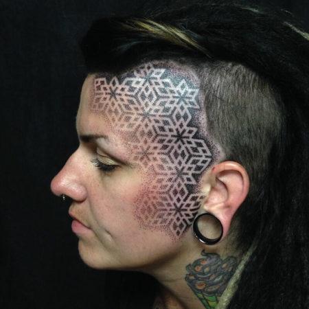 Женское тату на голове орнамент