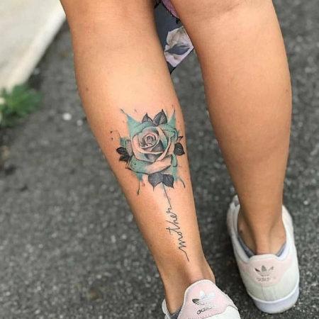 Женское тату на икре в стиле акварель роза