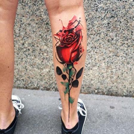 Женское тату на икре в стиле скейтч роза