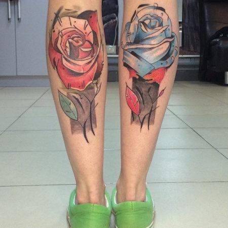 Женское тату на икре в стиле скейтч розы