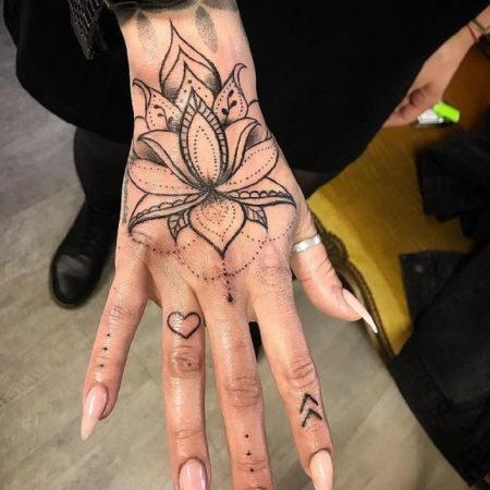Женское тату на кисти в стиле Linework цветок