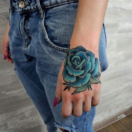 Женское тату на кисти синяя роза