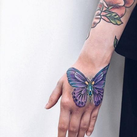 Женское тату на кисти бабочка