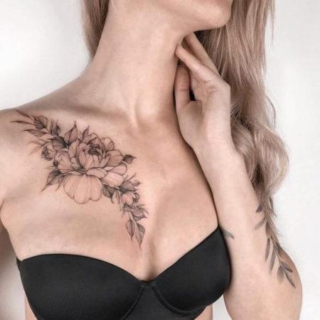 Женское тату на ключице в стиле Linework цветы