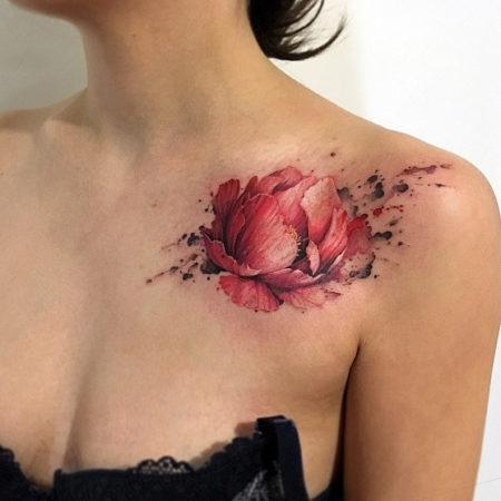 Женское тату на ключице в стиле треш полька цветок
