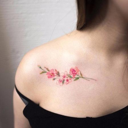 Женское тату на ключице в стиле минимализм цветок