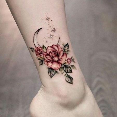 Женское тату на лодыжке в стиле минимализм