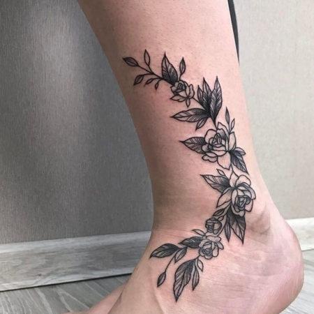 Женское тату на лодыжке в стиле Linework цветы