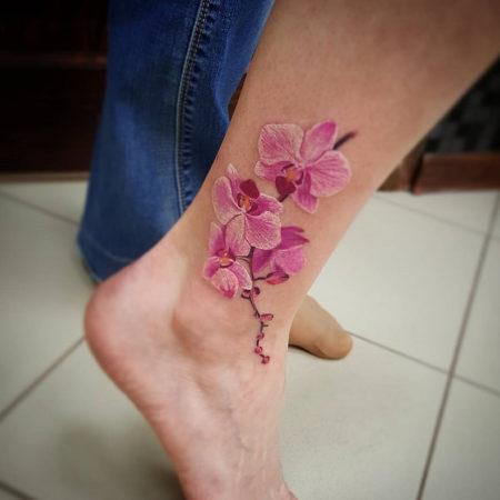 Женское тату на лодыжке объёмный цветок