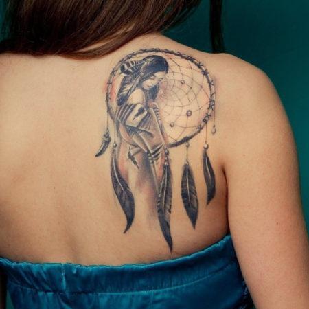 Женское тату на лопатке в стиле индейских мотивов ловец снов