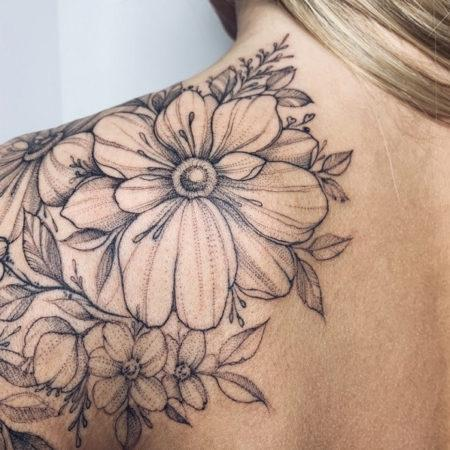 Женское тату на лопатке в стиле Linework