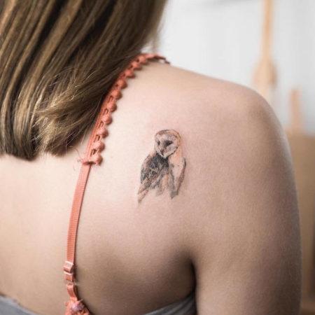 Женское тату на лопатке в стиле минимализм сова
