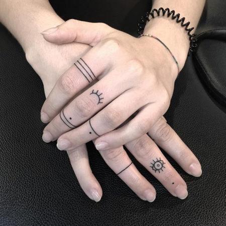 Женское тату на пальцах линии