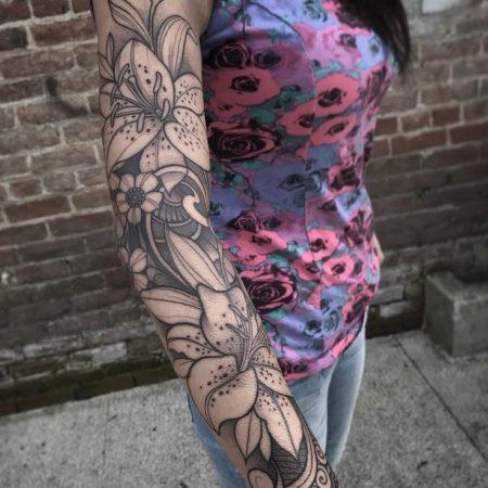 Женское тату рукав в стиле Linework цветы